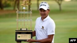 Thailand's Tirawat Kaewsiribandit poses with the winning trophy in Karachi on October 14.