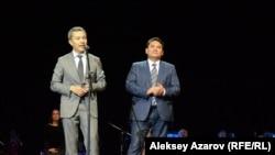 Кинорежиссер Акан Сатаев (слева) и президент «Казахфильма» Арман Асенов на премьере фильма «Томирис». Алматы, 26 сентября 2019 года.