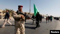 Бағдадтағы әскер көшедегі қауіпсіздікті бақылап тұр. 6 қазан 2013 жыл.