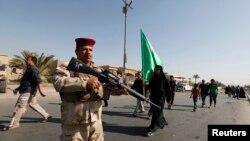 Вооруженный иракский военнослужащий в районе, населенном преимущественно шиитами. Багдад, 6 октября 2013 года. Иллюстративное фото.