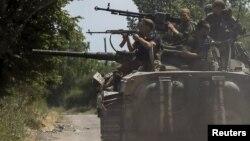Украинские войска в районе Марьинки (архивное фото: лето 2015 г.)