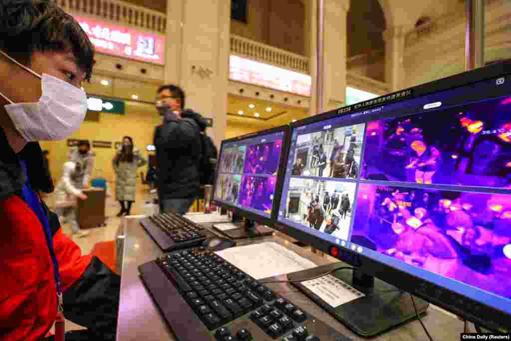 Мониторы, на которых отражается информация со сканеров температуры пассажиров в метро в городе Ухань. 21 января 2020 года.