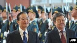 Премьер Госсовета КНР Вэн Цзябао и премьер-министр КР Жанторо Сатыбалдиев, Бишкек, 4 декабря 2012 года.
