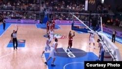 Бо Мекејлеб шутира слободни фрлања на натпреварот против Грција.