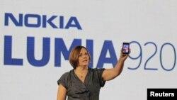 Nokia компаниясының вице-президенті Джо Харлоу жаңа Lumia 920 смартфонын таныстырып тұр. Нью-Йорк, 5 қыркүйек 2012 жыл.