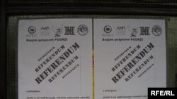 Plakati za referendum, 22. lipanj 2010. Fotografije uz tekst: Enis Zebić