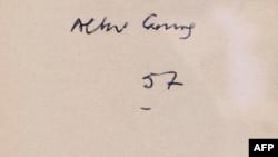 Kitabın üstündə Albert Camus şəxsi imzası