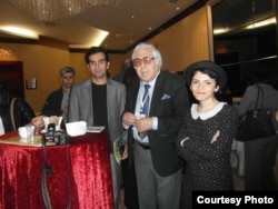 Türkan Urmulu (sağda), yazıçı Anar (ortada)