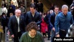 """Казан мэры Илсур Метшин һәм """"Метроэлектротранс"""" башлыгы Әсфән Галәвов (сулда, ак күлмәктә)"""
