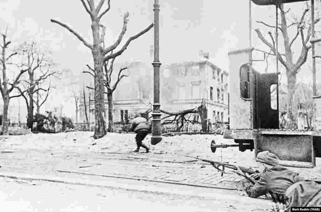 Съветски войници напредват през северна Полша през януари 1945 г. Месец по-късно съюзническите войски са струпани на западната граница на нацистка Германия, а Червената армия навлиза от изток.