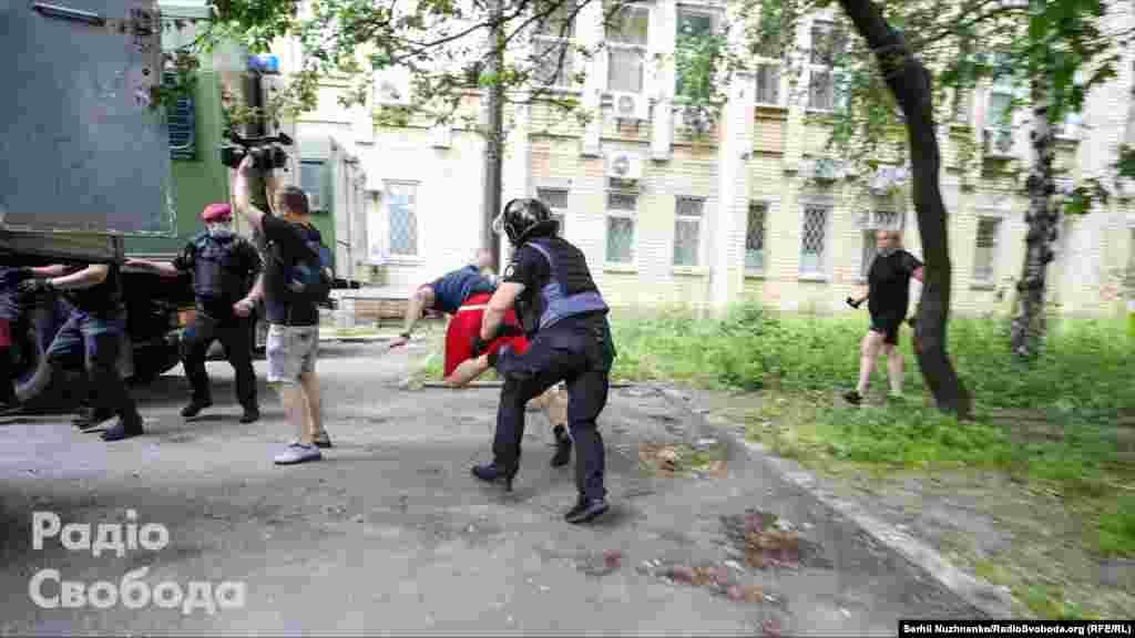 Тут поліцейські затримуютьветерана війни на ДонбасіОлександра Кір'якова