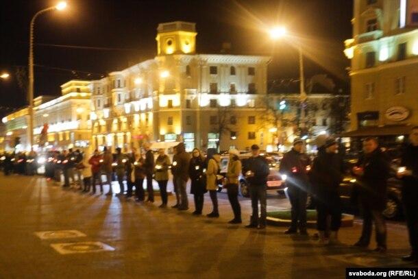 Акцыя памяці ахвяраў сталінскіх рэпрэсіяў каля будынка КДБ у Менску, 29 кастрычніка 2015 году