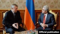 Президент Армении Серж Саргсян (справа) и генеральный секретарь ОДКБ Николай Бордюжа, Ереван, 28 ноября 2014 г. (Фотография - пресс-служба президента Армении)