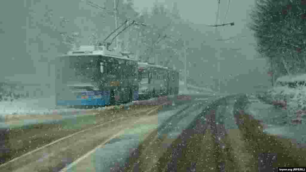 Тролейбуси з Алушти і Ялти перечікують негоду біля поста ДАІ.
