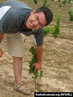 Майк Вітні у своєму винограднику, що неподалік Вроцлава
