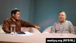 Ведущий программы AzattyqLIVE Касым Аманжолулы (слева) и политолог Дос Кошим. Алматы, 25 января 2016 года.