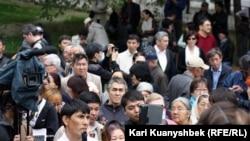 На акции протеста в Алматы 28 апреля 2012 года.