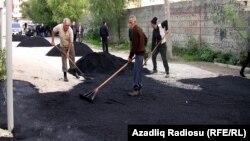 Yola asfalt salınması (arxiv fotosu).