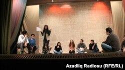 Bəstəkar Firudin Allahverdinin musiqisi əsasında hazırlanan tamaşaya rejissor Elvin Mirzəyev quruluş verir
