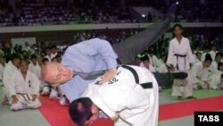 Владимир Путин япониялик дзюдочи билан беллашаëтир.
