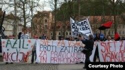 """Акция протеста активистов словенского движения """"Мир для каждого"""" и социального центра """"Рог"""". Автор фото - Барбара Безнес."""