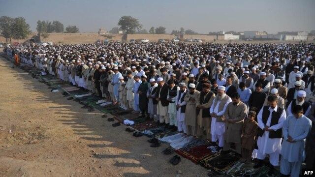 Afghan refugees near Peshawar, Pakistan, offer Eid al-Adha prayers. (file photo)