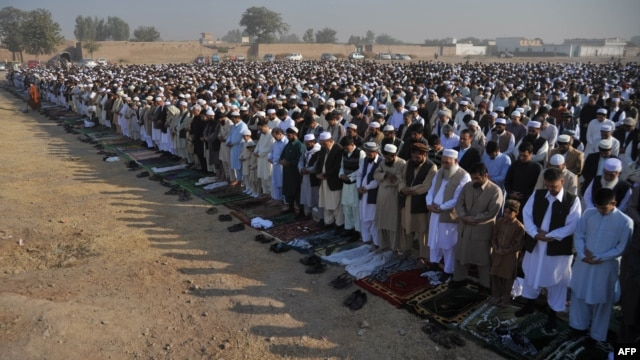 Afghan refugees offer prayers on the outskirts of Peshawar. (file photo)
