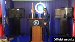 Претседателот на ДУИ на работна средба во седиштето на ДУИ во Тетово, го пречека лидерот на СДСМ, Зоран Заев. - Архива
