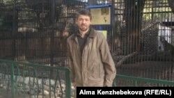 Алматы зоопаркінің қызметкері Руслан Яковенко. 5 қараша 2013 жыл.