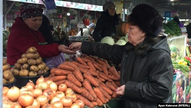 Пенсионерка на одном из рынков Алматы. 11 декабря 2018 года.
