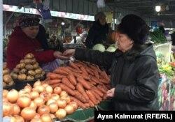 Алматинка Мигинур Кударбекова на рынке. Алматы, 11 декабря 2018 года.