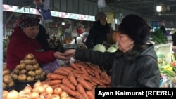 Алматылық зейнеткер Магинур Кударбекова базарлап жүр. 11 желтоқсан 2018 жыл, Алматы.