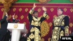 Аҳмадинажод ва Раҳмон дар расми гушоиши нақб (соли 2006)