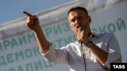 Алексей Навальный выступает на оппозиционном митинге в Новосибирске