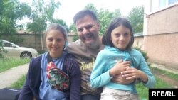Руслан Коцаба разом із доньками