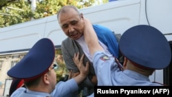 Полиция адамдардың бірін ұстап жатыр. Алматы, 21 қыркүйек 2019 жыл.