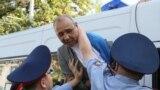 Полиция заталкивает в автозак задержанного на месте митинга, анонсированного Мухтаром Аблязовым и его движением «Демократический выбор Казахстана» (ДВК), деятельность которого запрещена в стране. Алматы, 21 сентября 2019 года.