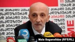 Бидзина Иванишвили премьер-министр қызметін атқарған тұста оның кеңесшісі болған Гиа Хухашвили.