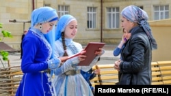 Чечен теле көнендә (25 апрель) мәктәп кызлары
