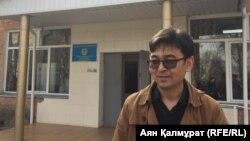 Фотограф Сарсенбек Кызайбекулы у здания Бостандыкского районного суда после оглашения решения. Алматы, 19 марта 2018 года.