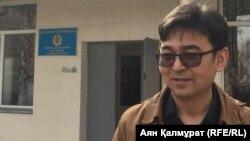Фотограф Сәрсенбек Қызайбекұлының сотынан шыққан сәті. Алматы. 19 наурыз 2018 жыл.