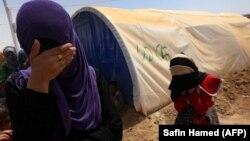 Dy gra irakiane duke qëndruar në një kamp në Mosul, foto nga arkivi.