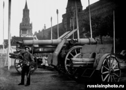 Artillery captured during Russia's civil war is displayed next to Moscow's Kremlin in 1920.
