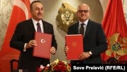 Turkish Foreign Minister Melvut Cavusoglu (left) and his Montenegrin countrpart Srdjan Darmanovic in Podgorica on February 11.