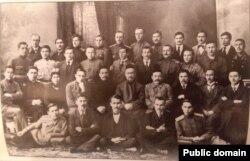 """Фракция федералистов (""""туфракчылар"""") Национального Парламента. 1917 г. Галимджан Ибрагимов во втором нижнем ряду третий справа"""
