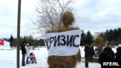 У Білорусі банкіри «боролися з кризою», спаливши на початку березня її опудало. А як боротися з нею в Україні?