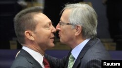 Грчкиот министер за финансии Јанис Стурнарас и претседателот на еврогрупата, премиерот на Луксембург Жан Клод Јункер.