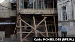 Невозможно угадать, в какой момент обрушится здание, которое по нормам безопасности должно было быть выведено из эксплуатации еще пару десятков лет назад. А таких домов в Старом Тбилиси немало