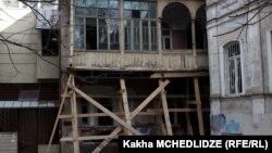 """НПО """"Тбилисис амкари"""" обвиняет Фонд развития города и мэрию в целенаправленном уничтожении архитектурных памятников в исторических районах грузинской столицы"""