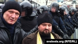 Уладзімер Някляеў (зьлева) на Майдане